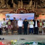 Penyerahan sertifikat Prona tahun 2015 secara simbolis oleh Kepala Kantor BPN Gianyar, I Komang Wedana - foto: doc