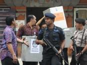 Sebanyak 375 personil gabungan TNI/Polri dikerahkan untuk mengamankan Rapat Pleno Rekapitulasi Pilpres di kantor KPU Provinsi Bali, Jumat (18/07/2014)