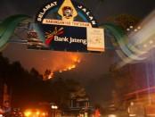 Kebakaran hutan di lereng Gunung Lawu sampai sekarang belum bisa dipadamkan.  Api terlihat berkobar dari Cemoro Sewu, Jawa Timur - foto: Djoko Judiantoro