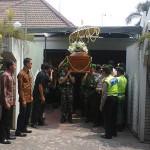 Jenasah almarhumah Sani Wirorejo diberangkatkan ke peristirahatan terakhir di pemakaman keluarga di Desa Mundi, Gondang Rejo, Karanganyar, Jawa Tengah - foto: Djoko Judiantoro