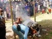 Pengabenan Rangda bersama korban I Komang Ngurah Trisna Para Merta, penari calonarang yang tewas tertembus keris