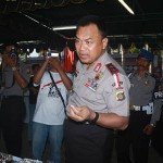 Kapolda Bali Irjen Pol. Sugeng Priyanto melihat batu akik pada pameran nasional batu akik di Polres Gianyar - foto: Koranjuri.com