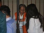 Margriet C. Megawe berbincang dengan putrinya di ruang tahanan PN Denpasar, Selasa, 3 November 2015 - Foto: Koranjuri.com