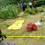 Polisi melakukan olah TKP di tempat ditemukannya tulang belulang manusis - foto: Yani