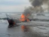 Speed Boat milik BNPB yang terbakar di perairan Buleleng - foto: be