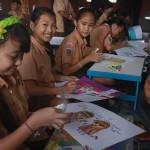Ceria, peserta kontes lukis yang diadakan Konsulat Jenderal India di Bali dalam rangkaian Children's day 2015 - foto: Koranjuri.com