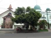 Gereja Kristen Jawa (GKJ) Joyodiningratan bersanding dengan Masjid Al Hikmah yang juga berdiri di kampung Joyodiningratan Solo jadi simbol kerukunan antar umat beragama - foto: Koranjuri