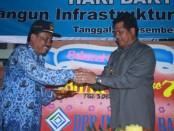 Pemotongan tumpeng di hari jadi PU oleh Wagub Bali I Ketut Sudikerta dan diserahkan kepada Kadis PU-Pera Bali, I Nyoman Astawa Riadi - foto: Koranjuri.com