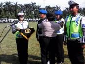 Penyematan pita pada anggota, sebagai tanda resminya Operasi Lilin Candi 2015 di Alun-alun Purworejo - foto: Sujono