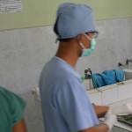 Petugas kamar jenasah RSUD Buleleng tengah merumat jasad korban