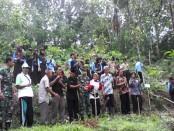 Puluhan jurnalis yang tergabung dalam Pewarta Purworejo melakukan penanaman pohon di Desa Tlogokotes, 11 Desember 2015 - foto: Sujono