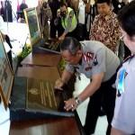 Kapolda Jateng saat penandatanganan prasasti peresmian Mapolres Purworejo, Senin, 28 Desember 2015 - foto: Sujono