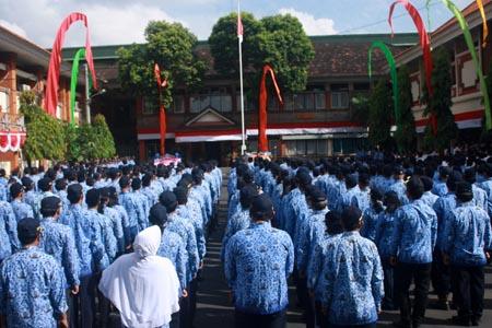 Upacara peringatan Hari bakti PU Ke-70 di  kantor Dinas PU-Pera Provinsi Bali, 3 Desember 2015 - foto: Koranjuri
