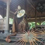 Seniman tari dan Koreografer Bambang 'Mbesur' Suryono menampilkan Tari Mantra Payung di Pendapa Oemah Sinten, Surakarta, Jawa Tengah – foto: Joko Judiantoro