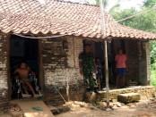 Sadiyem di depan rumahnya yang sangat sederhana di Desa Tegalkuning RT 2 RW 4, Kecamatan Banyuurip, Kabupaten Purworejo, Jawa Tengah - foto: Sujono