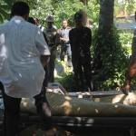 Prosesi pemakaman tunaswisma yang jenasahnya sebulan berada di RSUD Buleleng