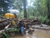 Patung Ganesha yang merupakan salah satu pelinggih di Pura Taman Belatung masih berdiri kokoh usai diterjang banjir bandang - foto: ist/be