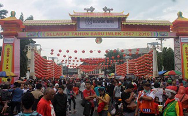 Pusat keramaian perayaan Imlek di Pasar Gede Solo. Ribuan warga kota Solo memadati jalan protokol yang disulap sedemikian meriah dengan hiasan ribuan lampion - foto: Djoko Judiantoro/Koranjuri.com