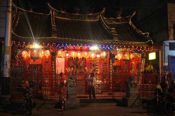 Suasana persembahyangan pada malam Sincia di Klenteng Tien Kok Sie yang kelenteng tertua di Kota Solo yang dibangun sekitar setahun setelah Keraton Solo berdiri - foto: Djoko Judiantoro/Koranjuri.com