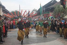 Prajurit Keraton Kasunanan Surakarta turut memeriahkan Imlek 2016 sebagai bagian dari penyatuan budaya Jawa dan Tionghoa - foto: Djoko Judiantoro/Koranjuri.com