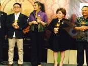 Kepala SMK PGRI 3 Denpasar, I Nengah Madiadnyana (kanan), menerima penghargaan Indonesia Award School 2016 kategori Winner Quality School of the Year di Bogor - foto: ist/Koranjuri.com