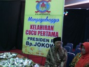 Warga Solo menggelar selamatan kelahiran cucu pertama Presiden RI Joko Widodo di kampus STIE AUB Surakarta - foto: Djoko Judiantoro/Koranjuri.com
