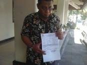 Ketua tim kuasa hukum Siyono, Sri Kalono menunjukkan surat serah terima jenasah yang dikeluarkan oleh RS Bhayangkara Kramat Jati Jakarta, foto: Koranjuri.com