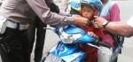 Akhiri Operasi Simpatik, Polisi Bagikan Helem kepada Anak-anak