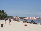 Wisatawan asing tengah menikmati cuaca panas di pantai Kuta/Ilustrasi - foto: Wahyu Siswadi/Koranjuri.com