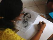 Salah satu siswi SMP Negeri 1 Denpasar mengikuti lomba lukis wajah Kartini - foto: Koranjuri.com
