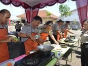 Kapolres Purworejo, AKBP Th Arsida Septiana saat menyaksikan lomba masak dalam memperingati Hari Kartini ke 137 di Mapolres Purworejo, Selasa (19/4) - foto: Sujono/Koranjuri.com