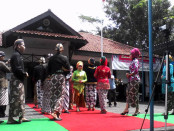 Suasana lomba peragaan busana dalam memperingati Hari Kartini di halaman kantor Dinsosnakertrans Kabupaten Purworejo, Kamis, 21 April 2016 - foto: Sujono/Koranjuri.com