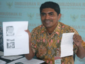 Kepala Perwakilan ORI Bali, Umar Ibnu Alkhatab menunjukkan bukti fisik contekan dan diktat saat pelaksanaan UN SMA/SMK/MA di Bali - foto: Wahyu Siswadi/Koranjuri.com