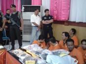 Pelaku narkoba yang terjaring di wilayah Polda Bali dalam Operasi Bersinar 2016 yang dilakukan secara serentak di seluruh Indonesia - foto: Suyanto/Koranjuri.com