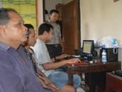 Kedua pelaku perjudian yang ditangkap polisi Kaligesing di bukit Sigayang - foto: Sujono/Koranjuri.com