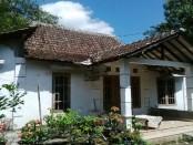 Rumah kosong lokasi ditemukannya korban dugaan pencabulan oleh polisi dan warga - foto: Koranjuri.com