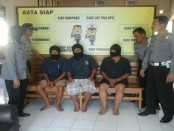 Ketiga pelaku judi ceki yang ditangkap polisi Polsek Loano, Rabu (18/5) - foto: Sujono/Koranjuri.com
