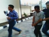 Pelaku penyiksaan terhadap bocah berusia 5 tahun digelandang ke Polres Klaten setelah jadi buron sejak April 2016 lalu - foto: ist