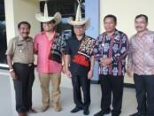 Bersama Bupati Leonard Haning, Dirjen Perimbangan Keuangan RI berada di Kabupaten Rote Ndao NTT untuk mensosialisakan program dana desa - foto: Isak Doris Faot/Koranjuri.com