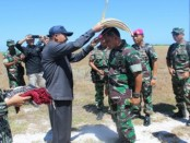 Panglima TNI, Jenderal TNI Gatot Nurmantyo mendapatkan topi tradisional khas Pulau Rote Ndao, Minggu, 1 Mei 2016 - foto: Isak Doris Faot/Koranjuri.com