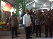 Presiden Jokowi saat meninjau Pasar Krendetan, didampingi Bupati Purworejo Agus Bastian, Rabu, 4 Mei 2016 sore – foto: Sujono/Koranjuri.com