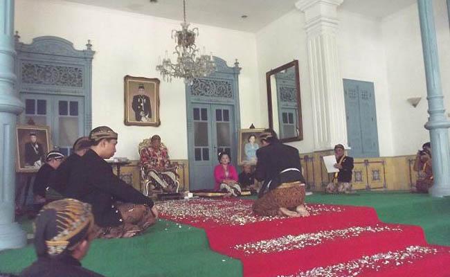 Lampah laku upacara pemberian gelar ningrat, yang bertepatan dengan upacara Jumenengan di Kraton Kasunanan Surakarta - foto: Djoko Judiantoro/Koranjuri.com