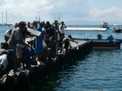 Pelepasan 122.400 ekor baby lobster di perairan Serangan, Denpasar. Sebelumnya, petugas Balai Karantina Ikan Kelas I Denpasar bersama Bea Cukai Ngurah Rai menggagalkan upaya penyelundupan baby lobster yang akan dikirim ke Singapura - foto: Suyanto/Koranjuri.com