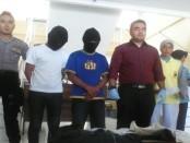 Dua pemuda bejat, RMA dan SW, pelaku pencabulan terhadap gadis idiot kini ditahan di Mapolres Purworejo – foto: Sujono/Koranjuri.com