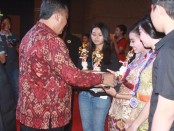 Pemberian piala kepada siswa peraih nilai terbaik di SMA Negeri 7 Denpasar pada Pelepasan Angkatan Ke-24 di Hotel Aston Denpasar, Rabu, 11 Mei 2016 - foto: Wahyu Siswadi/Koranjuri.com