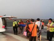 Petugas mengevakuasi penumpang yang mengalami cedera setelah pesawat Hongkong Airlines rute Denpasar-Hongkong kembali dan mendarat darurat di Bandara Ngurah Rai Bali - foto: BPBD Bali