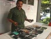 Sejumlah ponsel milik siswa yang dititipkan di pos pengamanan - foto: Wahyu Siswadi/Koranjuri.com