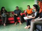 Kepada BPS, Ir. Suprih Handayani bersama Camat Lobalain di kediamannya di wilayah Kelurahan Mokdale - foto: Isak Doris Faot/Koranjuri.com