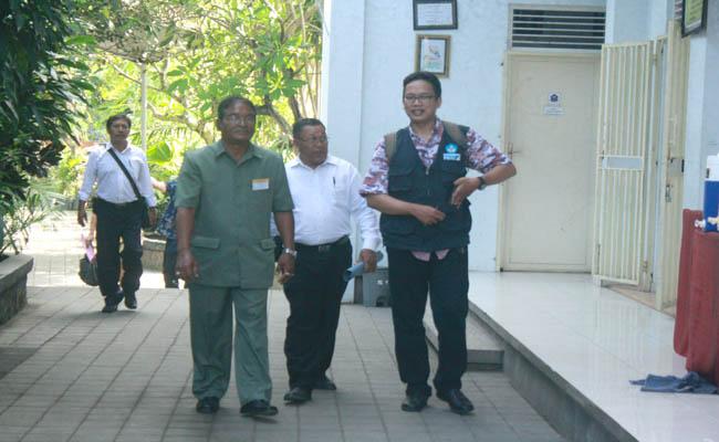 Kepala SMP Wisata Sanur, I Gusi Made Raka (kiri) bersama pemantau dari Badan Nasional Standar Pendidikan (BNSP) - foto: Koranjuri.com