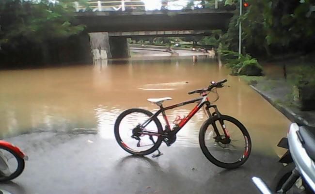 Air Sungai Bengawan Solo meluap hingga ke jalan. Sejumlah tempat di Kota Solo dinyatakan siaga I - foto: Djoko Judiantoro/Koranjuri.com